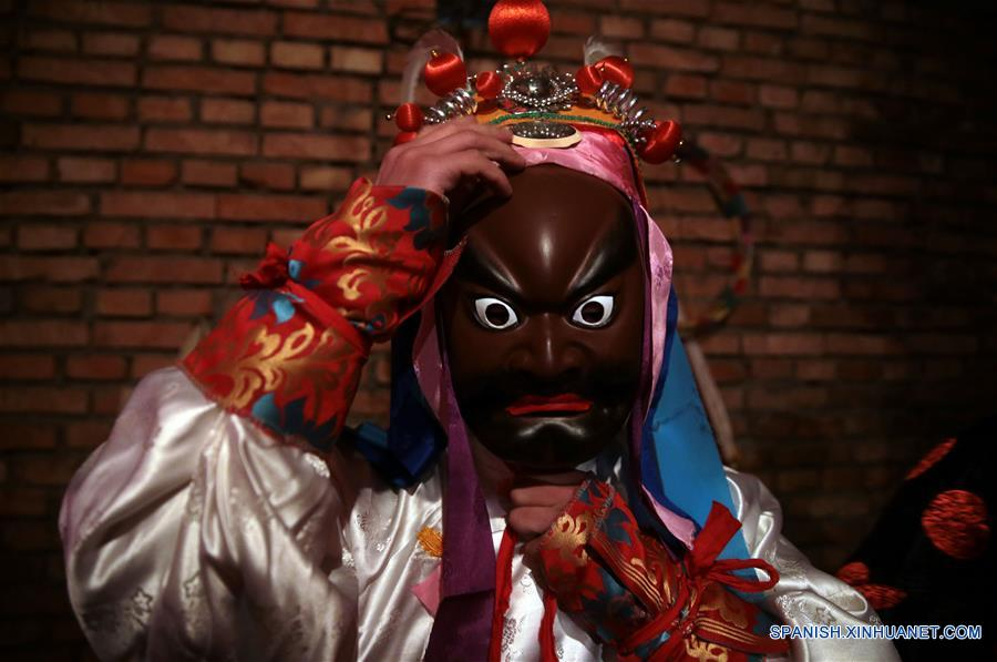"""GANSU, febrero 7, 2017 (Xinhua) -- Imagen del 6 de febrero de 2017 de un miembro de la compañía teatral realizando los preparativos para el espectáculo de la ópera """"gaoshan"""" en la villa de Guanyinba del municipio de Yulong en Longnan, provincia de Gansu, en el noroeste de China. La ópera """"Gaoshan"""", que se originó en Yulong, tiene una historia de aproximadamente 700 años. Esta fue enlistada como uno de los patrimonios culturales intangibles nacionales en 2008. (Xinhua/Cai Yang)"""