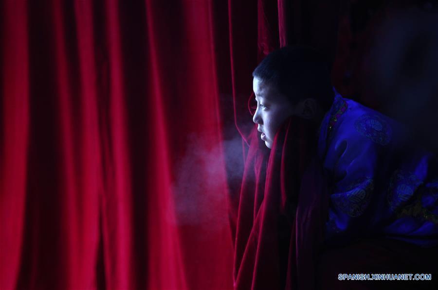 """GANSU, febrero 7, 2017 (Xinhua) -- Imagen del 6 de febrero de 2017 de un niño observando el espectáculo de la ópera """"gaoshan"""" en la villa de Guanyinba del municipio de Yulong en Longnan, provincia de Gansu, en el noroeste de China. La ópera """"Gaoshan"""", que se originó en Yulong, tiene una historia de aproximadamente 700 años. Esta fue enlistada como uno de los patrimonios culturales intangibles nacionales en 2008. (Xinhua/Cai Yang)"""