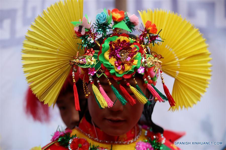 """GANSU, febrero 7, 2017 (Xinhua) -- Imagen del 6 de febrero de 2017 de un miembro de la compañía teatral realizando los preparativos para el espectáculo de la ópera """"gaoshan"""", en el municipio de Yulong de Longnan, provincia de Gansu, en el noroeste de China. La ópera """"Gaoshan"""", que se originó en Yulong, tiene una historia de aproximadamente 700 años. Esta fue enlistada como uno de los patrimonios culturales intangibles nacionales en 2008. (Xinhua/Cai Yang)"""