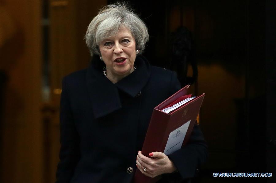 LONDRES, febrero 8, 2017 (Xinhua) -- La primera ministra de Reino Unido, Theresa May, sale del número 10 de la Calle Downing para para la sesión de preguntas a la primera ministra en la Casa del Parlamento, en Londres, Reino Unido, el 8 de febrero de 2017. La Cámara de los Comunes de Reino Unido aprobó el miércoles por la noche la iniciativa de Brexit que otorga al gobierno británico la facultad de iniciar el proceso formal de salida de Reino Unido de la Unión Europea. (Xinhua/Tim Ireland)