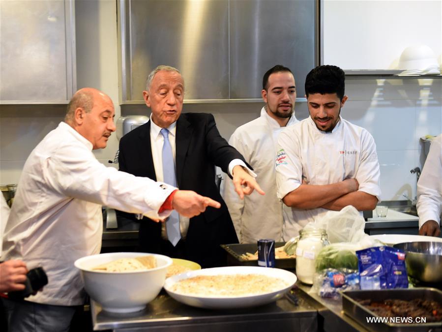 الرئيس البرتغالي يتناول الغداء مع اللاجئين