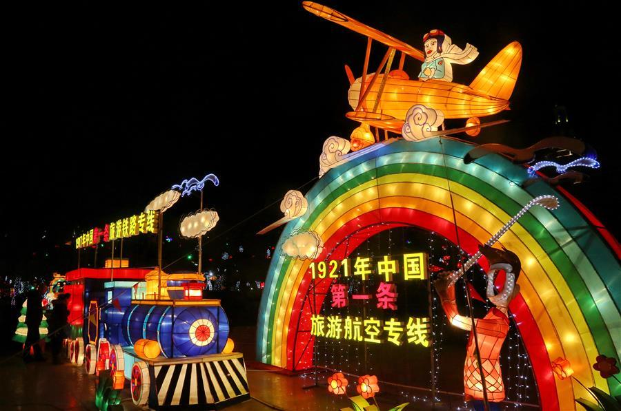 HEBEI, febrero 8, 2017 (Xinhua) -- Turistas visitan una feria de la linterna del Festival de Primavera, en el distrito de Beidaihe de Qinhuangdao, provincia de Hebei, en el norte de China, el 8 de febrero de 2017. (Xinhua/Yang Shiyao)