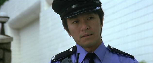 于是,《玻璃樽》中,成龙刚要教训一帮小混混,周星驰饰演的警察就出来打了个酱油