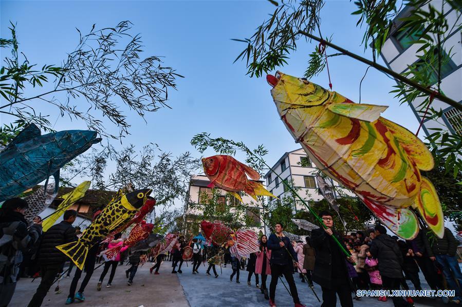 PUJIANG, 10 feb (Xinhua) --  Aldeanos sostienen linternas de forma de pez desfilan en el pueblo Qunan del municipio Huangzhai del distrito de Pujiang, provincia oriental china de Zhejiang, el 9 de febrero. Es una tradición que la gente local desfilan llevando linternas de forma de pez para celebrar la fiesta de linternas. La linterna de forma de pez de Pujiang fue incluida en el patrimonio de la cultura intangible de la provincia de Zhejiang. (Xinhua/Xu Yu)