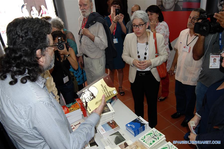 LA HABANA, febrero 9, 2017 (Xinhua) -- Personas visitan un estand durante la XXVI Feria Internacional del Libro de Cuba, en La Habana, Cuba, el 9 de febrero de 2017. El jueves se inauguró en La Habana la XXVI Feria Internacional del Libro de Cuba, que cuenta en esta edición con la participantes de más de 45 países y rendirá homenaje al líder histórico de la Revolución Cubana, Fidel Castro, mediante un programa especial que incluye coloquios, documentales y la presentación de 24 títulos dedicados al fallecido comandante en jefe. De igual modo, la cita está dedicada al intelectual, dirigente y combatiente revolucionario Armando Hart Dávalos y tiene como país invitado de honor a Canadá. (Xinhua/Str)