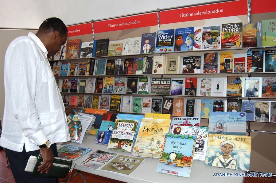 LA HABANA, febrero 9, 2017 (Xinhua) -- Un hombre observa libros en un estand, durante la XXVI Feria Internacional del Libro de Cuba, en La Habana, Cuba, el 9 de febrero de 2017. El jueves se inauguró en La Habana la XXVI Feria Internacional del Libro de Cuba, que cuenta en esta edición con la participantes de más de 45 países y rendirá homenaje al líder histórico de la Revolución Cubana, Fidel Castro, mediante un programa especial que incluye coloquios, documentales y la presentación de 24 títulos dedicados al fallecido comandante en jefe. De igual modo, la cita está dedicada al intelectual, dirigente y combatiente revolucionario Armando Hart Dávalos y tiene como país invitado de honor a Canadá. (Xinhua/Str)