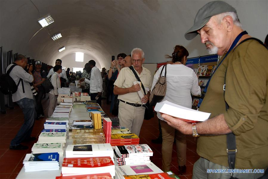 LA HABANA, febrero 9, 2017 (Xinhua) -- Un invitado lee un libro durante la inauguración de la XXVI Feria Internacional del Libro de La Habana, en la fortaleza de San Carlos de la Cabaña, en la ciudad de La Habana, capital de Cuba, el 9 de febrero de 2017. La XXVI Feria Internacional del Libro dedicada en su edición prevista para La Habana al destacado intelectual revolucionario, doctor Armando Hart Dávalos y a Canadá, como País Invitado de Honor, fue inaugurada el jueves en su sede principal de la fortaleza de San Carlos de la Cabaña y cerrará el 19 de febrero. (Xinhua/Str)