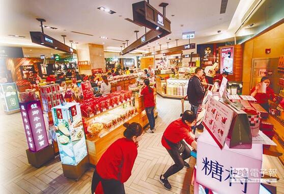 图为台北101大楼内伴手礼商店店员人数比观光客还多