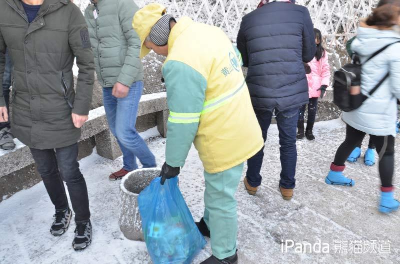 雪中工作的环卫工人 余建辉 摄
