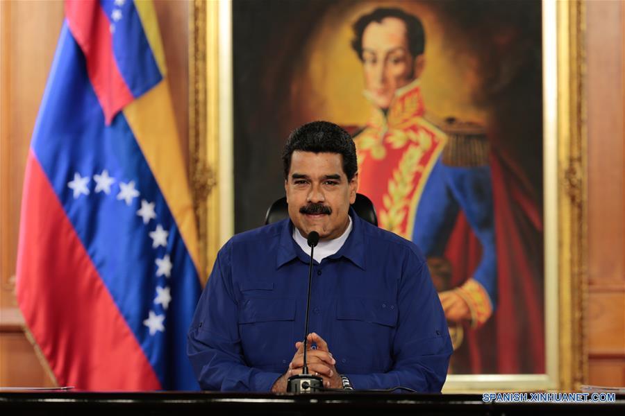 """CARACAS, febrero 9, 2017 (Xinhua) -- Imagen cedida por la Presidencia de Venezuela, del presidente venezolano, Nicolás Maduro, participando durante una jornada de entrega de créditos para la juventud y viviendas en el Palacio de Miraflores, en Caracas, Venezuela, el 9 de febrero de 2017. De acuerdo con información de la prensa local, Nicolás Maduro ordenó el jueves que la Banca Pública y los Fondos de Financiamiento del Estado deberán dedicar el 30 por ciento de la cartera de crédito al programa """"Soy Joven Productivo"""". (Xinhua/Presidencia de Venezuela)"""