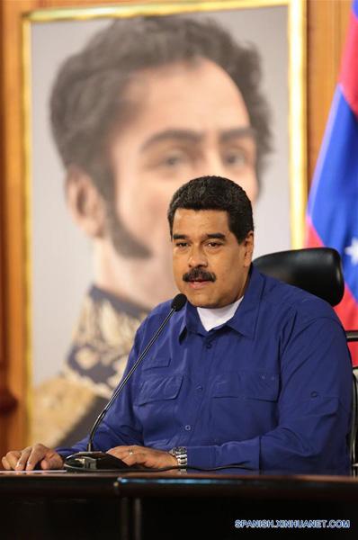 """(CARACAS, febrero 9, 2017 (Xinhua) -- Imagen cedida por la Presidencia de Venezuela, del presidente venezolano, Nicolás Maduro, participando durante una jornada de entrega de créditos para la juventud y viviendas en el Palacio de Miraflores, en Caracas, Venezuela, el 9 de febrero de 2017. De acuerdo con información de la prensa local, Nicolás Maduro ordenó el jueves que la Banca Pública y los Fondos de Financiamiento del Estado deberán dedicar el 30 por ciento de la cartera de crédito al programa """"Soy Joven Productivo"""". (Xinhua/Presidencia de Venezuela)"""