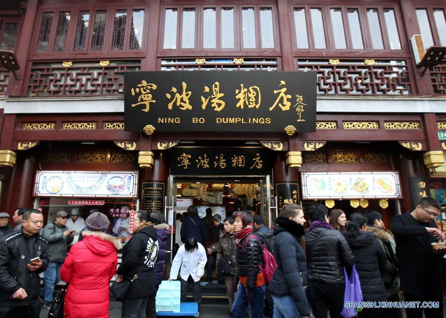 """SHANGHAI, febrero 9, 2017 (Xinhua) -- Personas compran Tangyuan, pequeñas bolas de masa hervida elaboradas de harina de arroz glutinoso y relleno de dulce, en una famosa tienda nombrada """"Ningbo Dumplings"""", en Shanghai, en el este de China, el 9 de febrero de 2017. Como tradición, los residentes chinos comen Tangyuan para celebrar el Festival de Linternas en el quinceavo día del Año Nuevo Lunar chino, que este año se conmemora el 11 de febrero. Cerca de 70,000 bocadillos dulces han sido vendidas por día por esta tienda durante los días recientes. (Xinhua/Liu Ying)"""