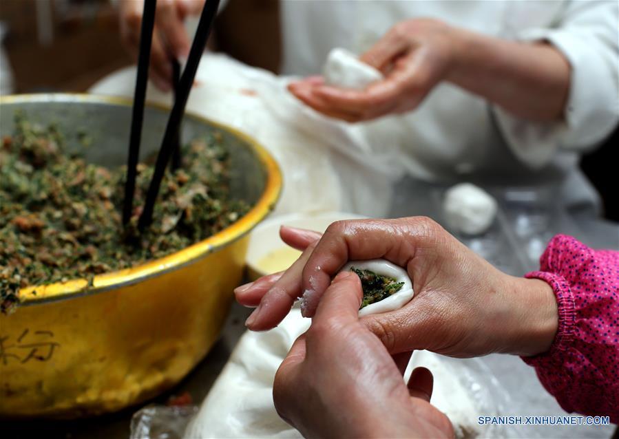 """SHANGHAI, febrero 9, 2017 (Xinhua) -- Cocineros elaboran Tangyuan, pequeñas bolas de masa hervida elaboradas de harina de arroz glutinoso y relleno de dulce, en una famosa tienda nombrada """"Ningbo Dumplings"""", en Shanghai, en el este de China, el 9 de febrero de 2017. Como tradición, los residentes chinos comen Tangyuan para celebrar el Festival de Linternas en el quinceavo día del Año Nuevo Lunar chino, que este año se conmemora el 11 de febrero. Cerca de 70,000 bocadillos dulces han sido vendidas por día por esta tienda durante los días recientes. (Xinhua/Liu Ying)"""