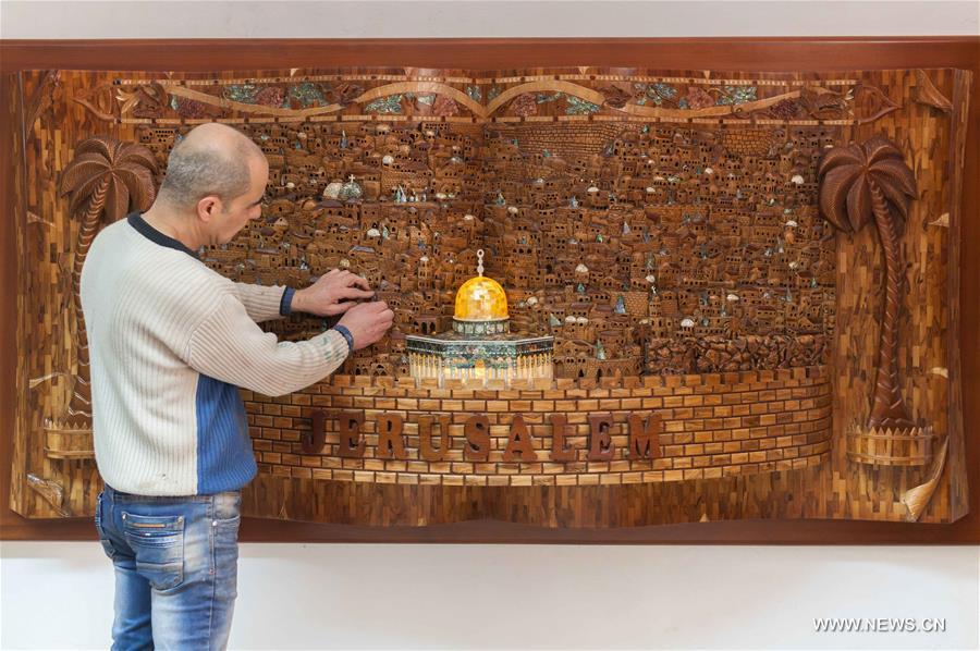 فلسطينيان من بيت لحم ينجزان لوحة ضخمة للقدس من خشب الزيتون والصدف