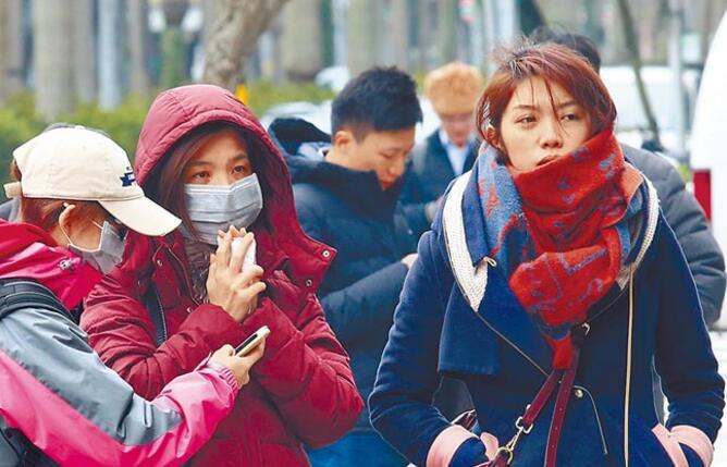 寒流发威,中部以北低温仅9到10度,外出民众纷纷穿起大衣、戴上围巾抵御寒流。
