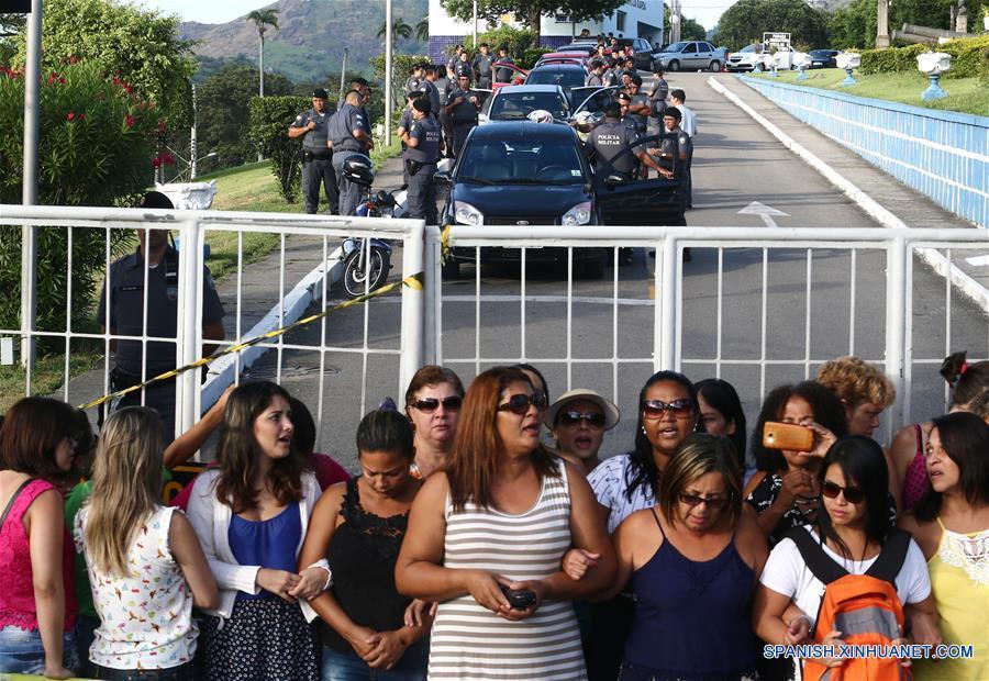 Familiares de policías militares bloquean la entrada del cuartel de la Policía Militar de Espirito Santo, en Vitória, capital del estado de Espirito Santo, Brasil, el 11 de febrero de 2017. Agentes de la Policía Militarizada del estado de Espirito Santo volvieron el sábado tímidamente a patrullar las calles del estado tras una semana de huelga que se ha saldado con al menos 138 homicidios, según el sindicato de Policías Civiles. Según la Secretaría de Seguridad Pública (Sesp), la presencia de los militares en las calles se produjo pese a que algunos de los cuarteles de la corporación continúan rodeados por las familias de los agentes, que impiden que salgan a la calle como protesta por las deficitarias condiciones laborales que tienen y para reclamar un aumento de salario. (Xinhua/Wilton Junior/AGENCIA ESTADO)