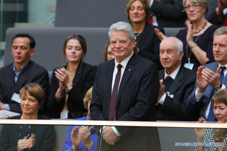 BERLIN, febrero 12, 2017 (Xinhua) -- El saliente presidente de Alemania, Joachim Gauck (frente), participa durante la votación de la Asamblea Federal para elegir al nuevo presidente alemán, en la sede del Bundestag en Berlín, Alemania, el 12 de febrero de 2017. La Asamblea Federal de Alemania eligió el domingo al exministro de Relaciones Exteriores Frank-Walter Steinmeier como el nuevo presidente del país, en sustitución de Joachim Gauck. Steinmeier obtuvo una mayoría absoluta de 931 de los 1,239 votos, muy por arriba de los votos obtenidos por candidatos de otros partidos o por independientes. (Xinhua/Imago/ZUMAPRESS)