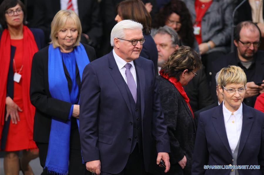 BERLIN, febrero 12, 2017 (Xinhua) -- El exministro de Relaciones Exteriores de Alemania, Frank-Walter Steinmeier (c), participa durante la votación de la Asamblea Federal para elegir al nuevo presidente alemán, en la sede del Bundestag en Berlín, Alemania, el 12 de febrero de 2017. Alemania, el 12 de febrero de 2017. La Asamblea Federal de Alemania eligió el domingo al exministro de Relaciones Exteriores Frank-Walter Steinmeier como el nuevo presidente del país, en sustitución de Joachim Gauck. Steinmeier obtuvo una mayoría absoluta de 931 de los 1,239 votos, muy por arriba de los votos obtenidos por candidatos de otros partidos o por independientes. (Xinhua/Imago/ZUMAPRESS)