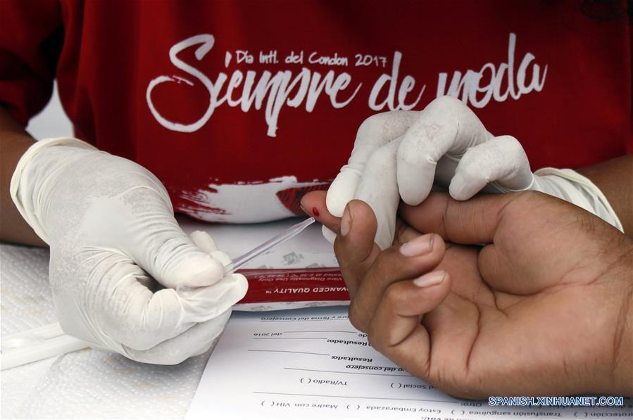 """LIMA, febrero 11, 2017 (Xinhua) -- Un hombre se realiza una prueba rápida de detección del VIH durante el I Festival Informativo """"Condón Fest"""" en el marco del Día Internacional del Condón, organizado por la AHF Perú, filial de AIDS Healthcare Foundation, en la ciudad de Lima, Perú, el 11 de febrero de 2017. Bajo el lema """"¡Los Condones Siempre de Moda!"""" se realizó el sábado el Lima el I Festival Informativo """"Condón Fest"""", con el fin de hacer un llamado a los jóvenes sobre el uso responsable del condón para prevenir infecciones de transmisión sexual, así como los embarazos no deseados. AHF Perú distribuirá 70 mil preservativos gratuitos en Lima, Ica, Loreto y Lambayeque, como parte de su trabajo de sensibilización y prevención, de acuerdo con información de la prensa local. (Xinhua/Luis Camacho)"""