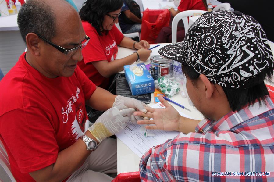 """Un hombre se realiza una prueba rápida de detección del VIH durante el I Festival Informativo """"Condón Fest"""" en el marco del Día Internacional del Condón, organizado por la AHF Perú, filial de AIDS Healthcare Foundation, en la ciudad de Lima, Perú, el 11 de febrero de 2017. Bajo el lema """"¡Los Condones Siempre de Moda!"""" se realizó el sábado en Lima el I Festival Informativo """"Condón Fest"""", con el fin de hacer un llamado a los jóvenes sobre el uso responsable del condón para prevenir infecciones de transmisión sexual, así como los embarazos no deseados. AHF Perú distribuirá 70 mil preservativos gratuitos en Lima, Ica, Loreto y Lambayeque, como parte de su trabajo de sensibilización y prevención, de acuerdo con información de la prensa local. (Xinhua/Luis Camacho)"""