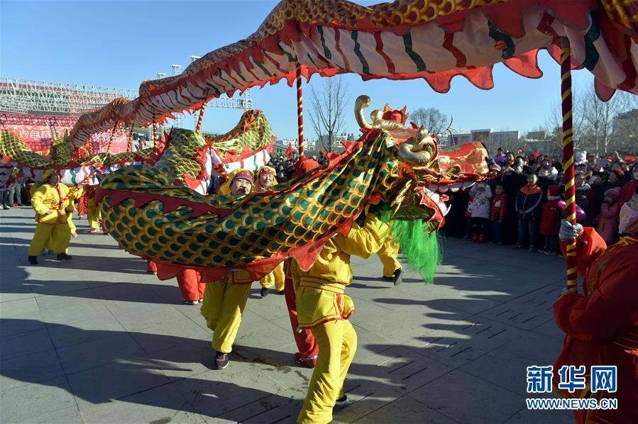 الصينيون يحتفلون بعيد الفوانيس في جميع أنحاء البلاد