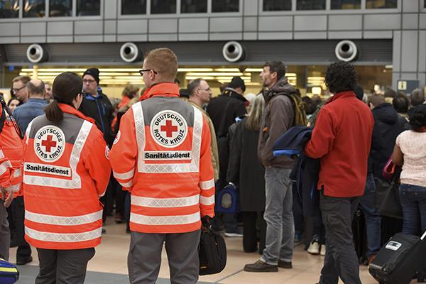 Evacúan a pasajeros y cierran el aeropuerto tras la fuga de una toxina corrosiva