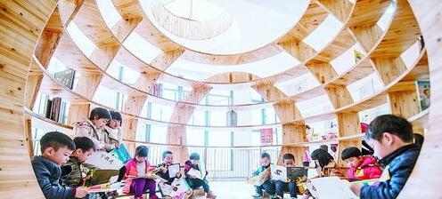 孩子们在五缘第二实验幼儿园的球型图书馆阅读