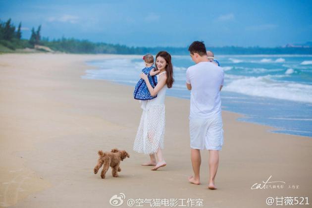 甘薇贾跃亭一家四口海边度假