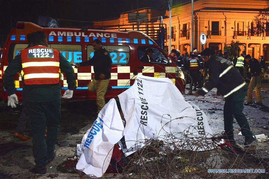 Rescatistas trabajan en el sitio de una explosión en Lahore, Pakistán, el 13 de febrero de 2017. Al menos siete personas murieron y más de 40 resultaron heridas a causa de un atentado suicida ocurrido afuera de la asamblea provincial de Punjab, este de Pakistán, dijeron las autoridades. Cientos de farmacéuticos y fabricantes de fármacos protestaban contra una ley introducida recientemente por el gobierno de Punjab en la transitada calle Mall de la capital provincial, Lahore, cuando sucedió la explosión. (Xinhua/Sajjad)