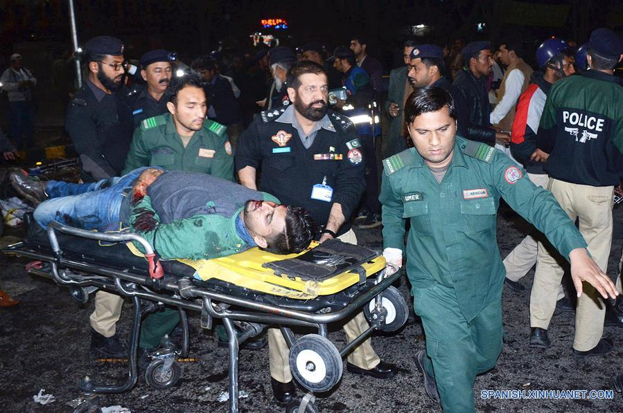 Rescatistas trasladan a un hombre herido en el sitio de una explosión en Lahore, Pakistán, el 13 de febrero de 2017. Al menos siete personas murieron y más de 40 resultaron heridas a causa de un atentado suicida ocurrido afuera de la asamblea provincial de Punjab, este de Pakistán, dijeron las autoridades. Cientos de farmacéuticos y fabricantes de fármacos protestaban contra una ley introducida recientemente por el gobierno de Punjab en la transitada calle Mall de la capital provincial, Lahore, cuando sucedió la explosión. (Xinhua/Sajjad)