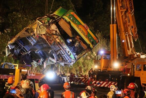 """昨晚9点多,台湾""""高速5号""""公路发生游览车翻覆事故,34人死,10人轻重伤。(图片来源:台湾《联合报》)"""