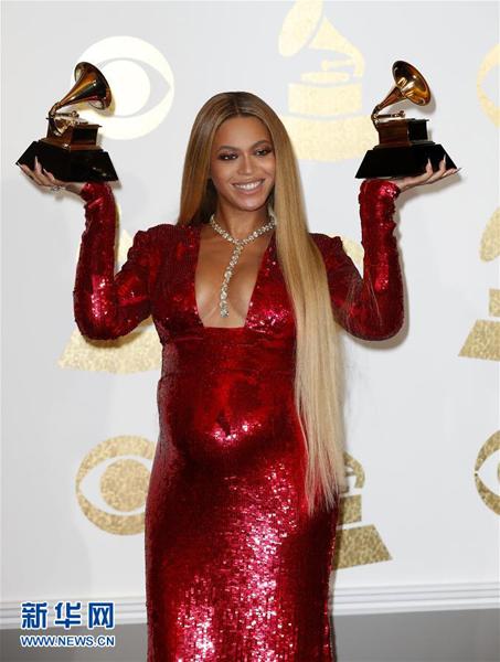Adele arrasa con cinco galardones