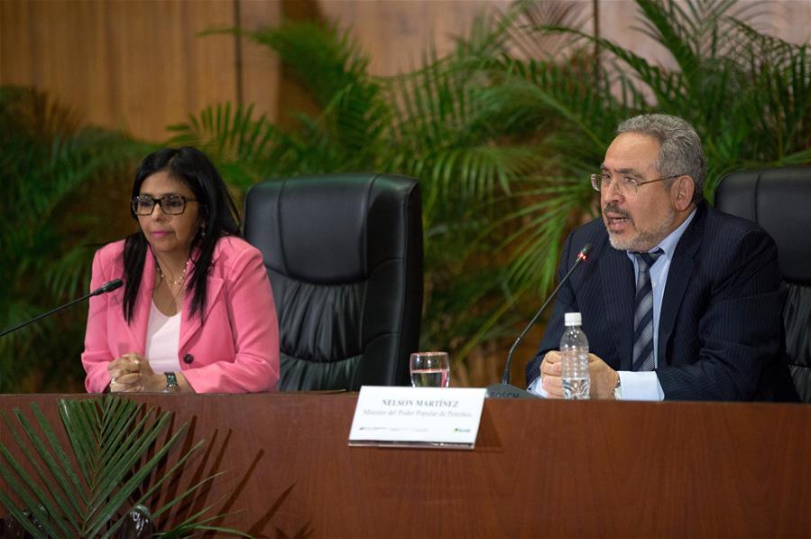 La ministra de Relaciones Exteriores de Venezuela, Delcy Rodríguez (i), y el ministro venezolano de Petróleo y Minería, Nelson Martínez (d), participan durante el balance de la gira por países productores de petróleo OPEP y no OPEP, en en la sede de Petróleos de Venezuela (PDVSA), en Caracas, Venezuela, el 13 de febrero de 2017. El acuerdo entre la Organización de Países Exportadores de Petróleo (OPEP) y otras naciones productoras para sacar del mercado 1,8 millones de barriles de crudo, ronda el 80 por ciento de cumplimiento, informó el lunes el ministro venezolano de Petróleo y Minería, Nelson Martínez. Por su parte, Delcy Rodríguez, indicó que en la gira por Rusia, Irán, Irak, Kuwait, Arabia Saudita, Qatar, Omán y Argelia se entregó una misiva firmada por el presidente Nicolás Maduro, en la que se insta a autoridades de estos países a acordar una cumbre. (Xinhua/Str)