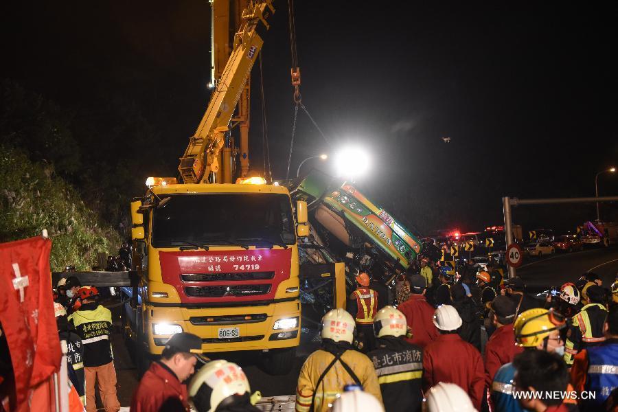 مصرع ما لا يقل عن 32 شخصا في حادث انقلاب حافلة في تايوان