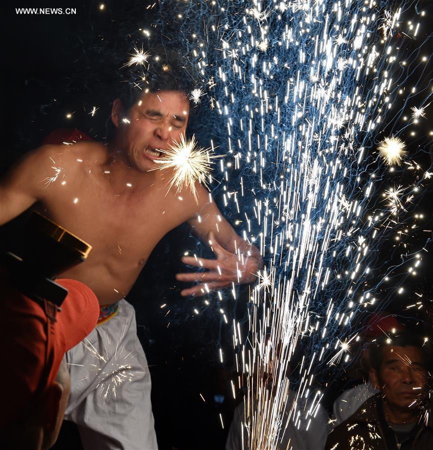 """تقليد """"أكل"""" نيران الألعاب النارية في جنوب شرقي الصين"""