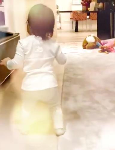 章子怡女儿会走路了