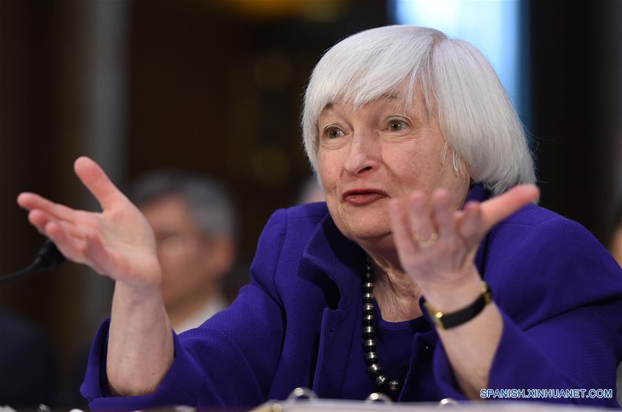 """WASHINGTON D.C., febrero 14, 2017 (Xinhua) -- La presidenta de la Reserva Federal (Fed) estadounidense, Janet Yellen, comparece ante el Comité de Banca, Vivienda y Asuntos Urbanos del Senado durante el """"Informe de Política Monetaria Semestral al Congreso"""", en el Capitolio, en Washington D.C., Estados Unidos de América, el 14 de febrero de 2017. Yellen indicó el martes que la Fed considerará si eleva las tasas de interés en las próximas reuniones. """"En nuestras próximas reuniones, el Comité (Federal de Mercado Abierto) evaluará si el empleo y la inflación siguen evolucionando conforme a estas expectativas, en cuyo caso sería adecuado otro ajuste de la tasa de los fondos federales"""", dijo Yellen en su comparecencia ante el Comité de Banca, Vivienda y Asuntos Urbanos del Senado. (Xinhua/Bao Dandan)"""