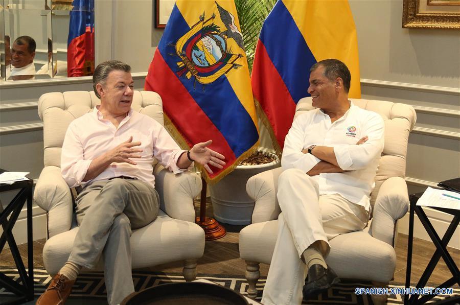 GUAYAQUIL, febrero 15, 2017 (Xinhua) -- El presidente de Ecuador, Rafael Correa (d), conversa con su homólogo de Colombia, Juan Manuel Santos (i), durante una reunión bilateral previo al V Gabinete Binacional Ecuador-Colombia, en Guayaquil, Ecuador, el 15 de febrero de 2017. El presidente de Ecuador, Rafael Correa, y su homólogo de Colombia, Juan Manuel Santos, inauguraron el miércoles en la ciudad ecuatoriana de Guayaquil el V Gabinete Binacional, en el cual se tratarán temas de la agenda común. (Xinhua/Santiago Armas)