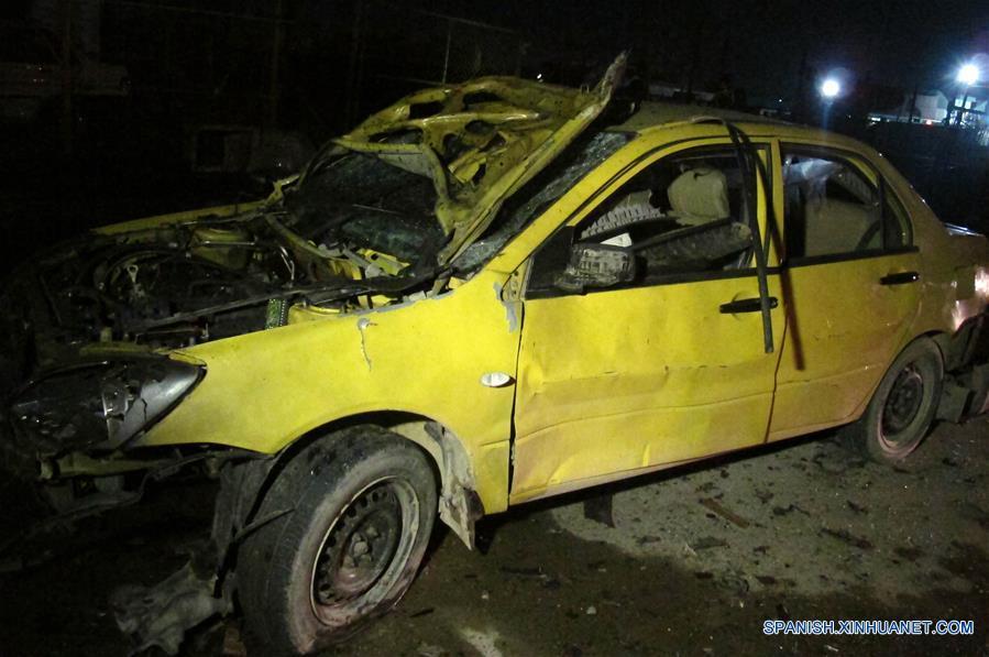 BAGDAD, febrero 15, 2017 (Xinhua) -- Vista de un vehículo afectado en un atentado suicida con coche bomba en el este de Bagdad, capital de Irak, el 15 de febrero de 2017. Al menos nueve personas murieron y 30 más resultaron heridas el miércoles en un atentado suicida con coche bomba en un bastión chiita en el este de Bagdad, la capital iraquí, informó un oficial de la policía. (Xinhua/Khalil Dawood)