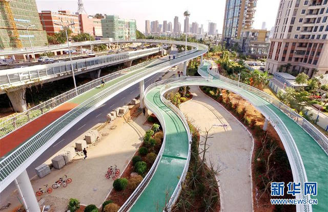 The 7.6-kilometer-long lane is also the longest in the world to be built on raised platforms. It has 11 exits, connecting with six Bus Rapid Transit Stations, three overpasses and four buildings.