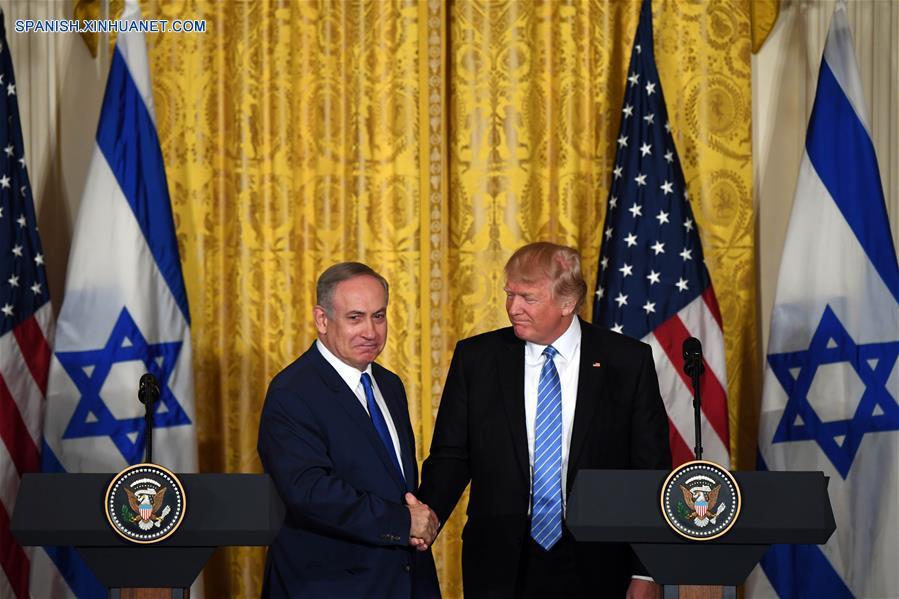 """WASHINGTON D.C., febrero 15, 2017 (Xinhua) -- El presidente de Estados Unidos de América, Donald Trump (d), estrecha la mano del visitante primer ministro israelí, Benjamin Netanyahu (i), durante una conferencia de prensa conjunta en la Casa Blanca, en Washington D.C., capital de Estados Unidos de América, el 15 de febrero de 2017. Israel debe """"frenar un poco"""" la construcción de nuevos asentamientos, dijo el miércoles el presidente de Estados Unidos de América, Donald Trump, al primer ministro israelí, Benjamin Netanyahu. """"En cuanto a los asentamientos, desearía que los frenen un poco. Ya llegaremos a algo, desearía ver que se logre un acuerdo"""", dijo Trump en una conferencia de prensa conjunta con Netanyahu en la Casa Blanca."""