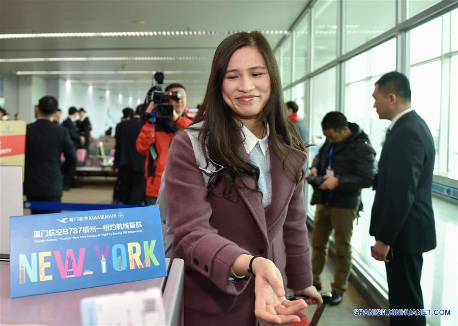 FUZHOU, febrero 15, 2017 (Xinhua) -- Una pasajera aborda el vuelo MF849 en el Aeropuerto Internacional de Fuzhou, en Fuzhou, capital de la provincia de Fujian, en el sureste de China, el 15 de febrero de 2017. El vuelo MF849, el primer vuelo directo de Xiamen Airlines de Fuzhou hacia Nueva York, despegó el miércoles. (Xinhua/Song Weiwei)