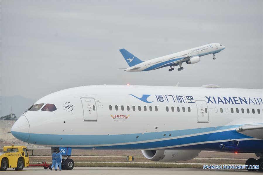 FUZHOU, febrero 15, 2017 (Xinhua) -- El vuelo MF849 (frente) se prepara para despegar en el Aeropuerto Internacional de Fuzhou, en Fuzhou, capital de la provincia de Fujian, en el sureste de China, el 15 de febrero de 2017. El vuelo MF849, el primer vuelo directo de Xiamen Airlines de Fuzhou hacia Nueva York, despegó el miércoles. (Xinhua/Song Weiwei)