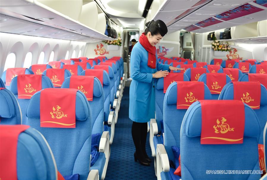 FUZHOU, febrero 15, 2017 (Xinhua) -- Una azafata arregla los asientos del vuelo MF849 previo a que lo aborden los pasajeros, en el Aeropuerto Internacional de Fuzhou, en Fuzhou, capital de la provincia de Fujian, en el sureste de China, el 15 de febrero de 2017. El vuelo MF849, el primer vuelo directo de Xiamen Airlines de Fuzhou hacia Nueva York, despegó el miércoles. (Xinhua/SongWeiwei)