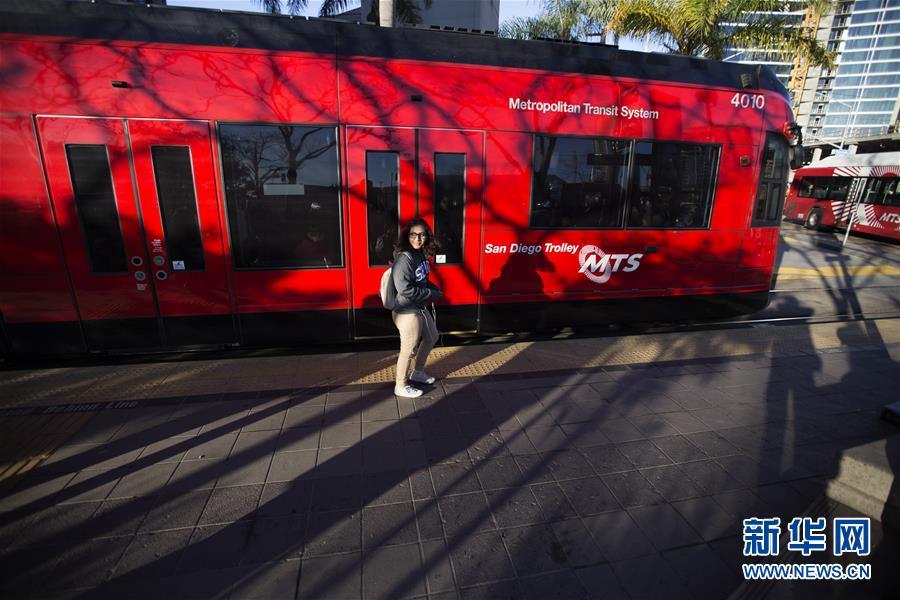 Jaime llega en autobús a la universidad que se sitúa en la ciudad estadounidense de San Diego