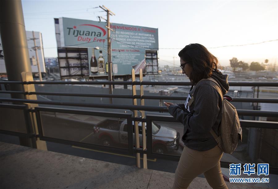 Jaime se acude al acceso peatonal a México después de terminar las clases de la universidad
