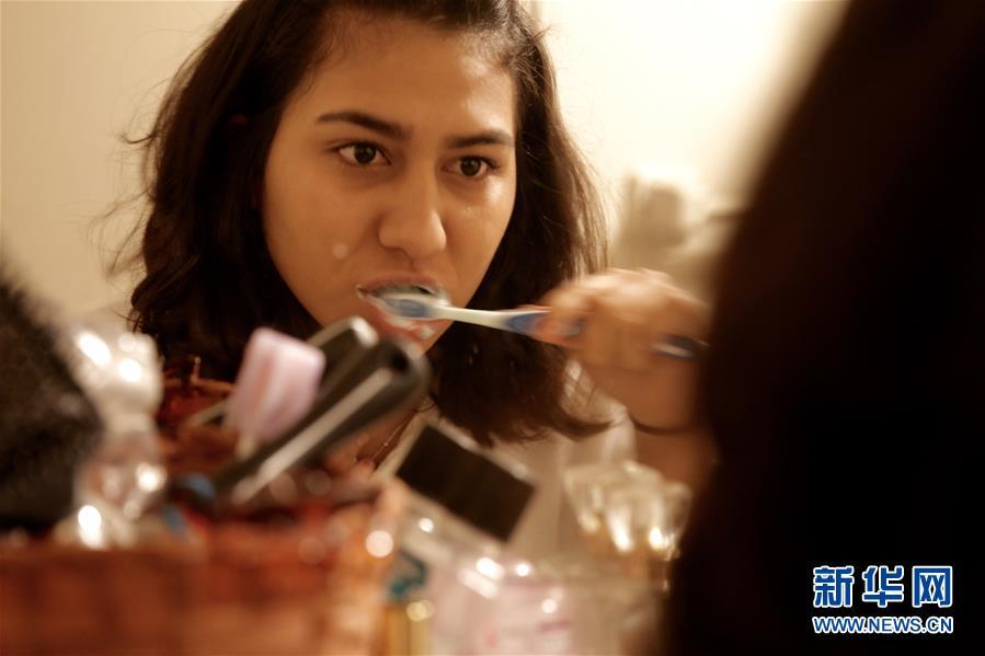 Jaime se cepilla los dientes en el baño de su casa en la ciudad mexicana de Tijuana