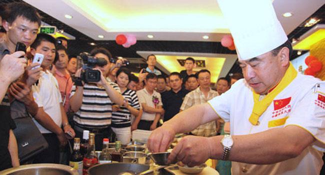 许菊云在展示厨艺