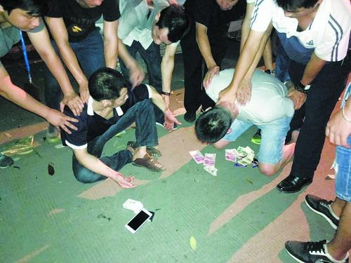 民警抓获毒贩。