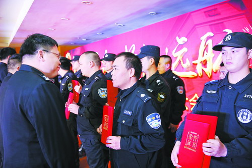民警为辅警颁奖。